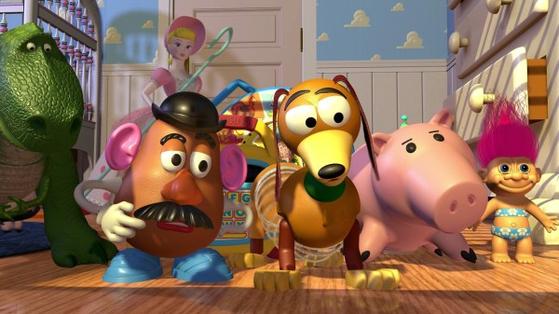 소년 앤디에겐 장난감들이 많습니다. 겁 많은 공룡 렉스, 우디랑 썸 타는 양치기 소녀 보핍(앤디의 동생 몰리의 장난감입니다), 미스터 포테이토 헤드, 허리가 스프링인 강아지 슬링키, 돼지저금통 햄... [사진 디즈니]