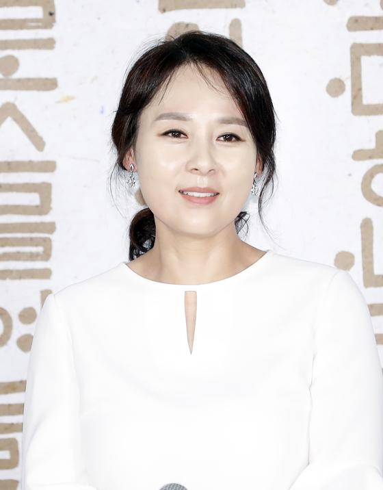 배우 전미선(49)씨가 지난 25일 서울 중구 메가박스 동대문에서 열린 영화 '나랏말싸미' 제작보고회에 참석해 미소를 짓고 있다. [뉴스1]