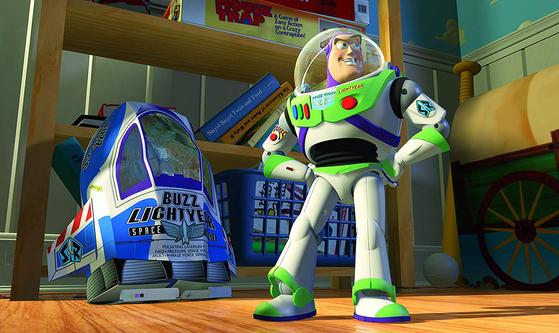 앤디의 엄마가 준비한 깜짝 선물은 버즈 라이트이어. 최신형 우주전사 장난감입니다. 버즈는 앤디가 가장 사랑하는 장난감 자리를 차지해버리죠. [사진 디즈니]