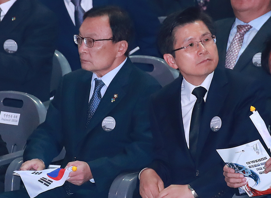 25일 서울 중구 장충체육관에서 열린 6.25 전쟁 69주년 기념 행사에 참석한 더불어민주당 이해찬(왼쪽), 자유한국당 황교안 대표가 나란히 앉아 생각에 잠겨 있다. [연합뉴스]