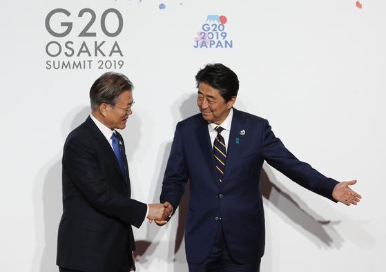 28일 G20정상회의 공식 환영행사에서 인사하는 문재인 대통령과 아베 신조 일본 총리[AP=연합뉴스]