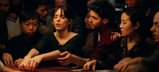 영화에서 아벨은 엘라를 카드게임의 세계로 안내한다. 엘라는 자신이 경험해보지 못했던 자극적이고 위험한 상황에 점점 빠져들게 된다. [사진 목요일 아침]
