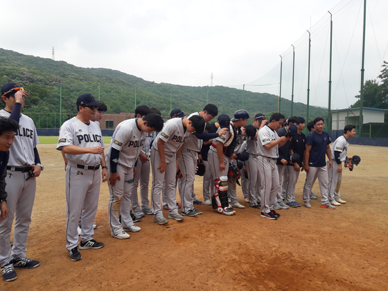 30일 경기도 고양 경찰야구장에서 열린 마지막 홈 경기가 끝난 뒤 관중들에게 인사하는 경찰 야구단 선수들.