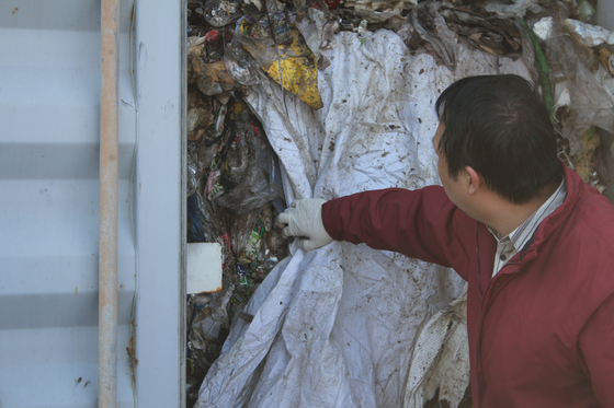국내로 반송된 필리핀 수출 폐기물은 환경부 관계자가 살펴보고 있다. [사진 환경부]