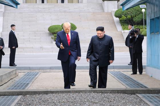 도널드 트럼프 미국 대통령이 30일 판문점 공동경비구역(JSA) 군사분계선 북측 지역에서 김정은 북한 국무위원장과 만나 군사분계선을 넘어 오고 있다.청와대사진기자단