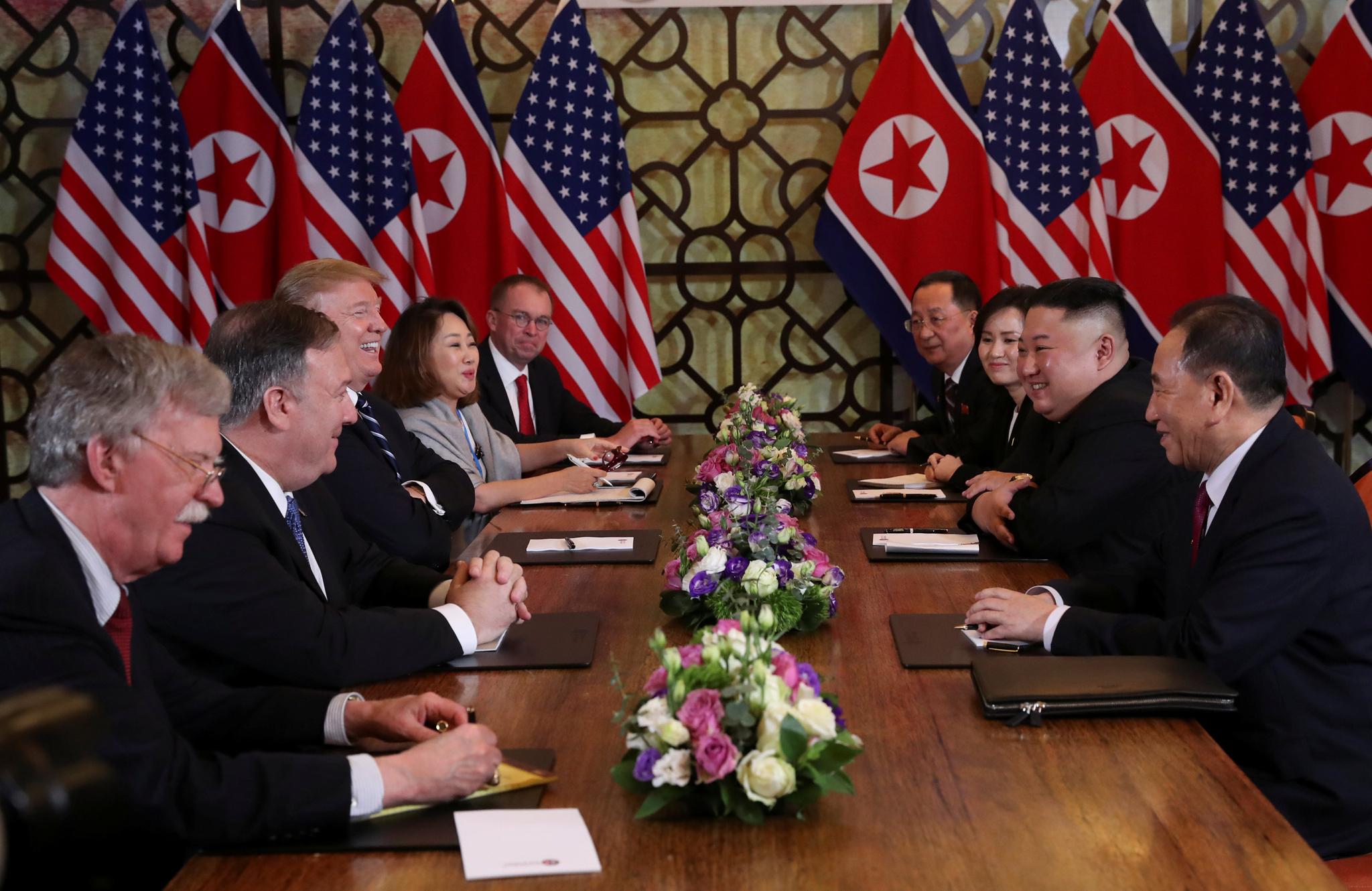 28일 양 정상과 배석자들이 확대 정상회담을 하고 있다. 이 회담이 끝나고 이어질 예정이었던 공동서명식과 업무오찬이 갑자기 취소되며 양측의 합의가 결렬되었다는 트럼프 대통령의 기자회견이 이어졌다. [EPA=연합뉴스]