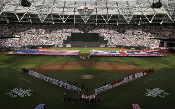 30일 런던 스타디움에서 열린 보스턴 레드삭스와 뉴욕 양키스의 메이저리그 경기. MLB가 정규시즌을 유럽에서 개최한 건 이번이 처음이다. [AP=연합뉴스]