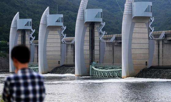 경남 합천창녕보가 개방되면서 낙동강 물이 흐르는 모습. [연합뉴스]