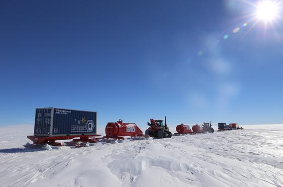 극지연구소 'K-루트 사업단'이 2020년을 목표로 독자적인 남극 내륙진출로 코리안루트를 탐사하고 있다. 코리안루트는 장보고과학기지에서 남극점까지로 직선거리는 1700km, 총 육상주행 거리는 3000km에 이른다.   남극의 심부빙하 등 과학적 가치가 높은 대상을 연구하려면 내륙 깊숙이 들어가야 한다. 후발주자들은 대부분 장보고과학기지처럼 남극대륙의 해안에 기지를 두고 있다. 한국은 코리안루트를 개척한 뒤 세계 여섯 번째 내륙기지 보유를 목표로 하고 있다.   'K-루트 사업단'은 지난해 11월 초부터 한 달여의 탐사활동을 통해 총 720km 구간에 걸쳐 안전루트를 확보했다. 5개 크레바스 위험구간을 안전하게 통과해 내륙으로 진출할 길을 확보하고, 90km와 232km 지점에는 장비와 유류를 보관할 수 있는 전략거점을 확보했다. 또한 탐사구간 내에 빙저호 시추 후보지에 대한 항공레이더 탐사도 완료했다. 올해는 기동성 확보를 위해 개조한 싼타페 차량을 동원하는 등 장비와 인원을 늘려 약 1400km 지점의 심부빙하 시추 후보지 도달을 목표로 하고 있다. [사진 극지연구소]