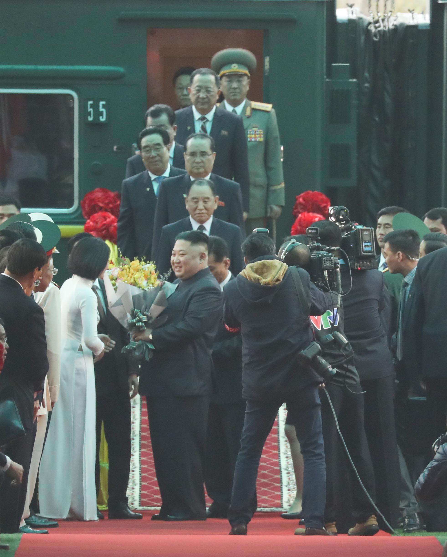 북미정상회담을 하루 앞둔 지난 2월 26일 김정은 북한 국무위원장이 중국과 접경지역인 베트남 랑선성 동당역에 도착, 현지 환영단에게 꽃다발을 받고 있다. [연합뉴스]