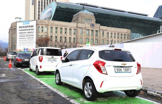 서울 중구 서울특별시청 인근 도로변에 나눔카 운영지점이 설치돼 있다. 나눔카는 차량을 소유하지 않아도 필요할 때 이용할 수 있는 차량 공유 서비스로 지난 2013년 2월 운영을 시작해 일 평균 6,200여명이 이용하고 있다. [뉴스1]