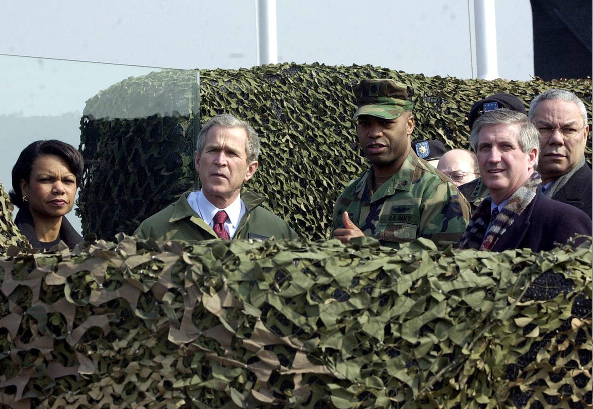 2002년 2월 20일 DMZ조지 를 방문한 조지 W 부시 전 대통령. [연합뉴스]