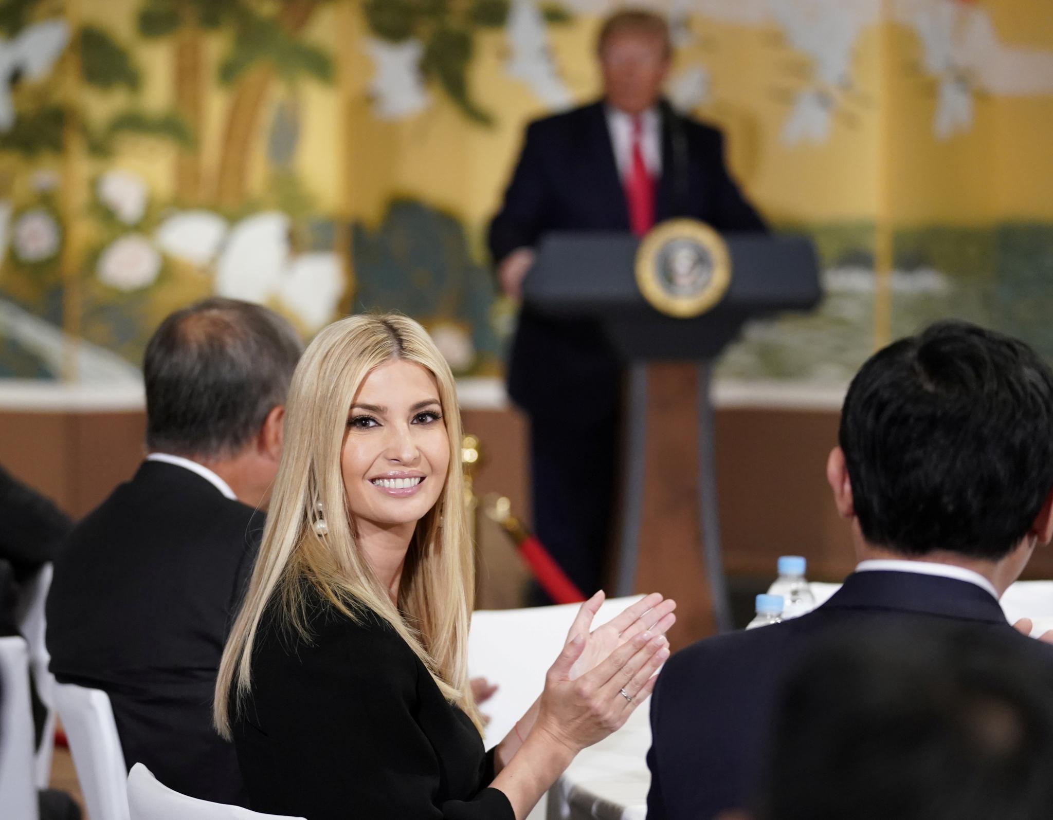 트럼프 대통령이 모두발언을 하는 동안 웃고 있는 장녀 이방카 백악관 보좌관. [로이터=연합뉴스]