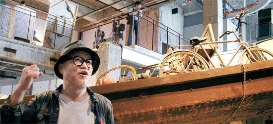 아라리오 김창일 회장. 그는 기업인, 전문 컬렉터, 미술가라는 세 가지 직업을 수행해내는 진정한 멀티 플레이어다. 그는 적자를 내던 고속버스터미널을 흑자로 전환하며 사업가의 면모를 다지고, 미술에도 눈을 뜨기 시작했다. [중앙포토]
