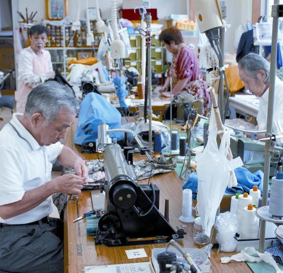 일본 도쿄의 고토쿠 실버인재센터가 운영하는 도요작업소에서 70세를 훌쩍 넘은 고령자들이 양복 리폼에 열중하고 있다. 나이를 먹으면 능력이 떨어질 것이라는 생각은 편견이다. [중앙포토]