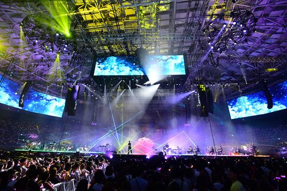 10개의 이동식 무대에 나눠 선 박효신과 러버스 밴드. 클래식 연주자까지 22명에 달한다. [사진 글러브엔터테인먼트]