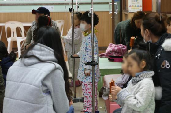 지난 1월 서울 용산구 소화아동병원을 찾은 어린이들이 진료 순서를 기다리고 있다.[연합뉴스]