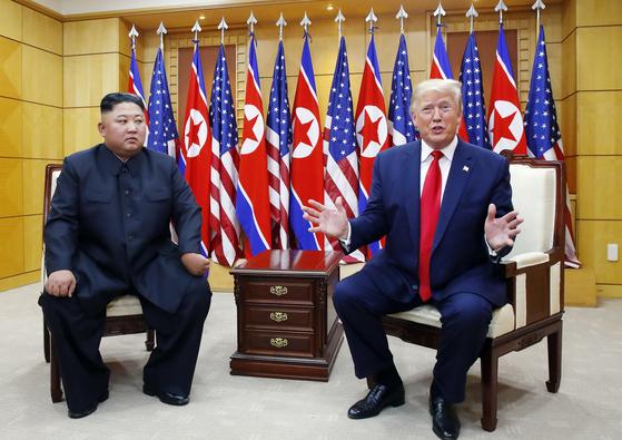 도널드 트럼프 미국 대통령과 북한 김정은 국무위원장이 30일 오후 판문점 자유의 집에서 만나 대화하고 있다. [연합뉴스]