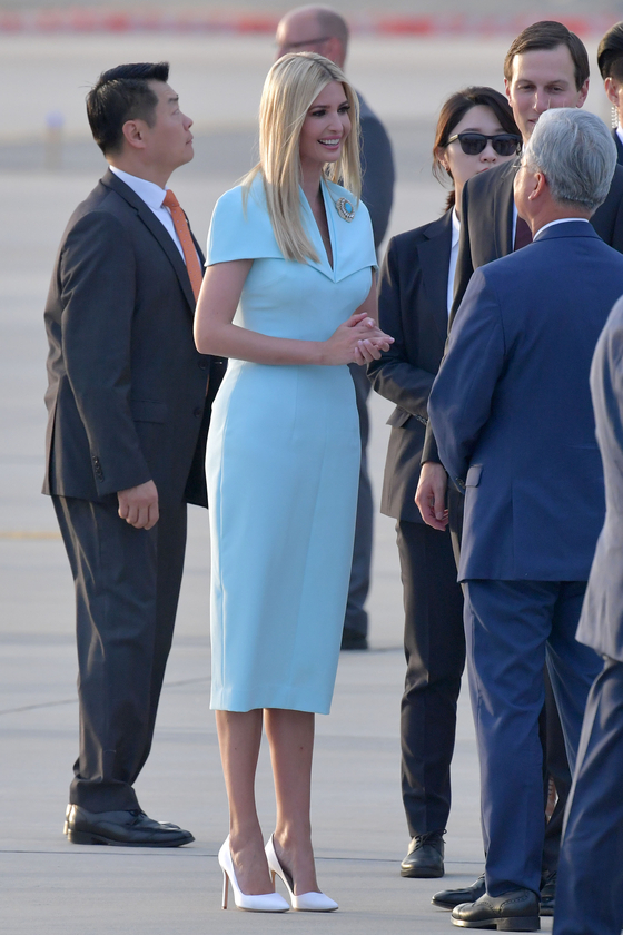 도널드 트럼프 미국 대통령의 딸 이방카가 29일 오후 경기도 오산 미 공군기지를 통해 입국하고 있다.