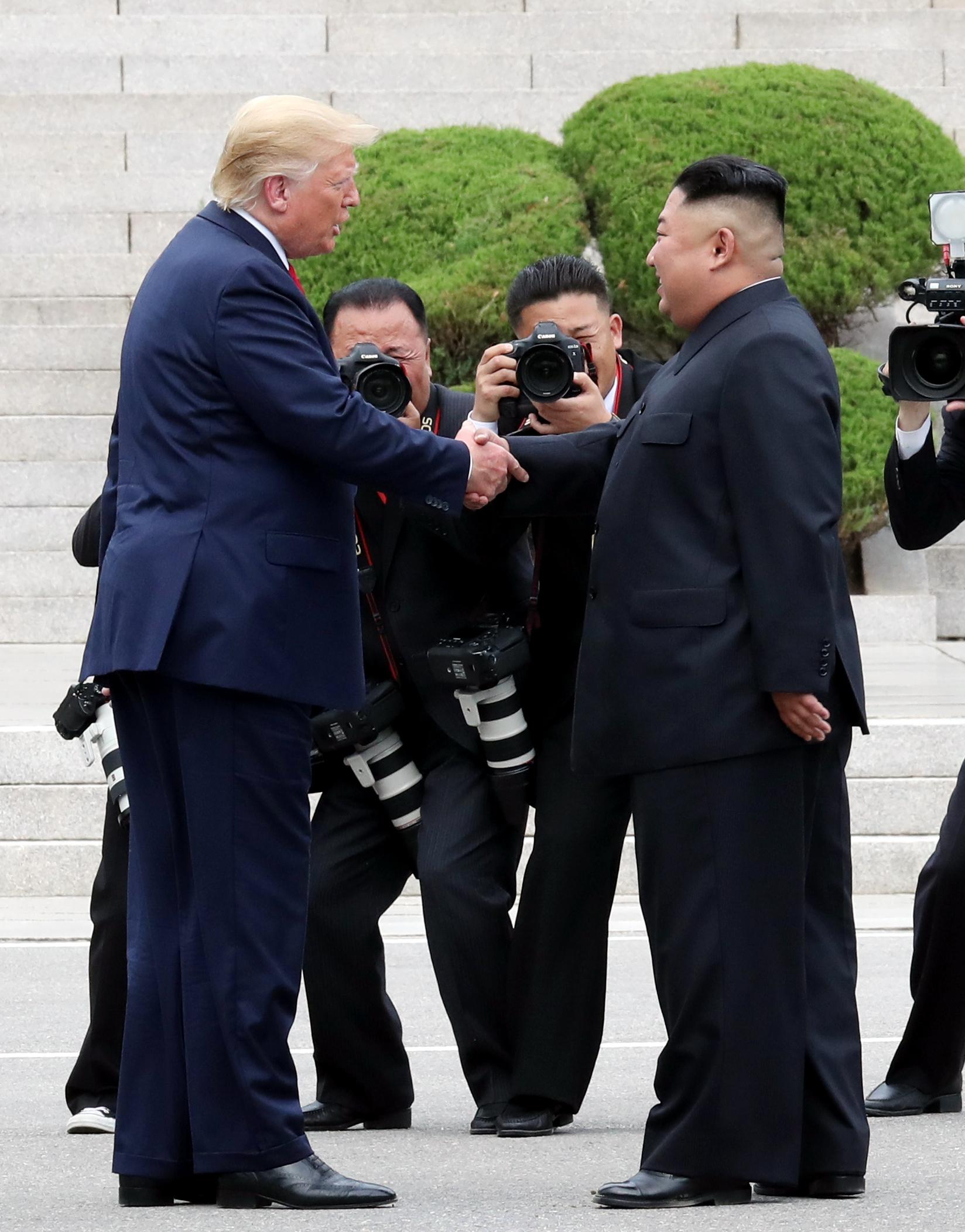 도널드 트럼프 미국 대통령이 30일 오후 판문점에서 김정은 북한 국무위원장과 만나 인사한 뒤 군사분계선을 넘어 북측지역에서 악수 하고 있다. 청와대사진기자단