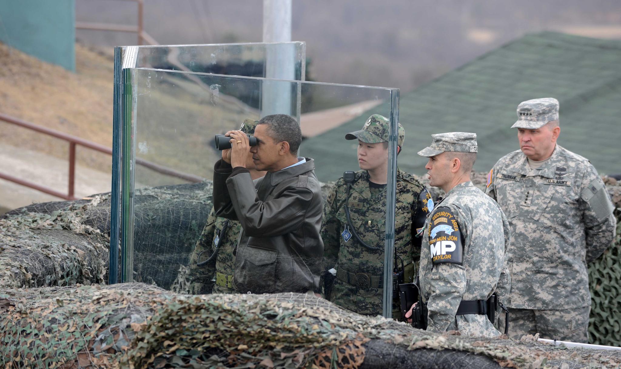 2012핵안보정상회의를 위해 2012년 3월 25일 새벽 방한한 오바마 미대통령이 판문점 공동경비구역을 방문하여 오피오울렛에서 망원경으로 남측을 보고 있다. 판문점 공동경비구역=사진공동취재단