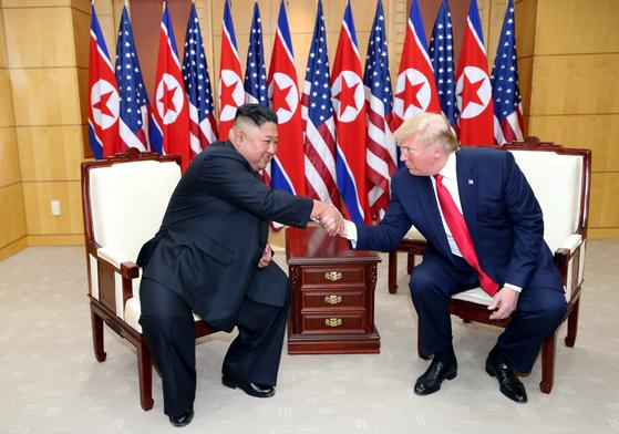 도널드 트럼프 미국 대통령이 김정은 북한 국무위원장과 30일 판문점 자유의집에서 대화를 나누고 있다. 청와대사진기자단