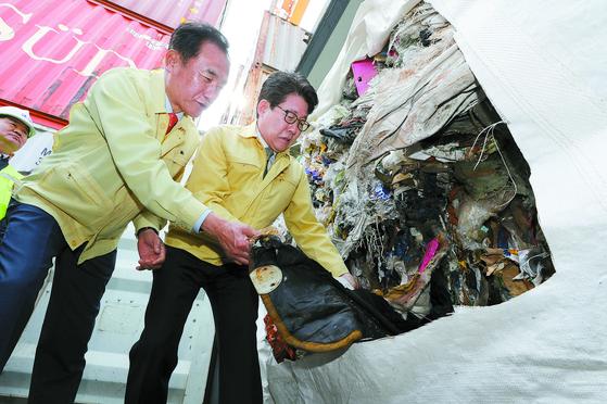 필리핀에서 반송된 폐기물을 살펴보는 조명래 환경부 장관(오른쪽)과 정장선 평택시장. [연합뉴스]