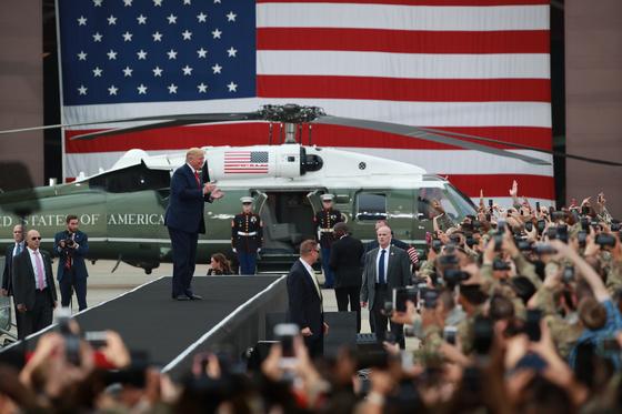 도널드 트럼프 미국 대통령이 30일 오후 경기도 평택시 주한미군 오산공군기지에서 열린 장병 격려 행사에 참석하며 박수를 치고 있다. [연합뉴스]