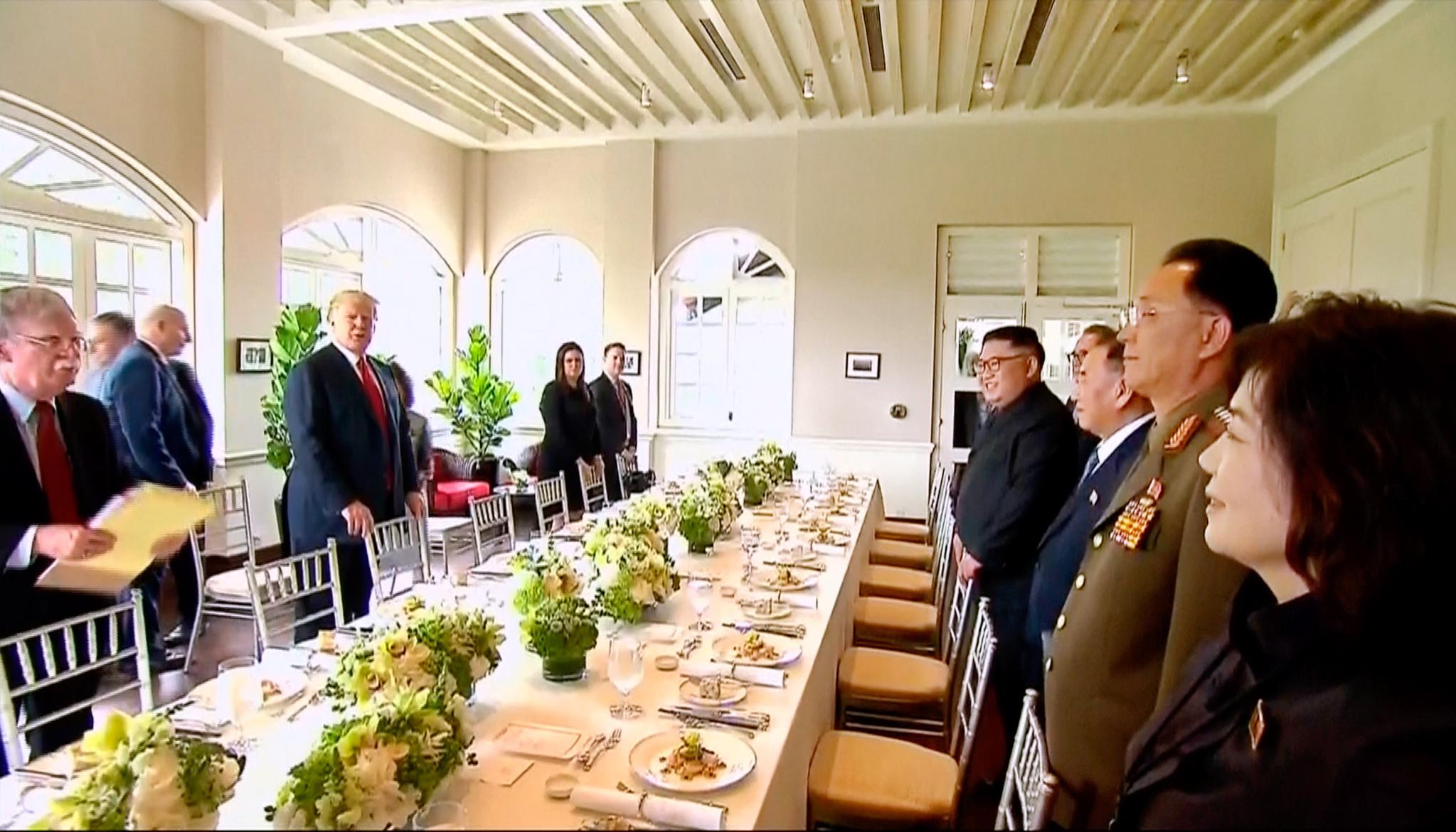 회담을 마친 양 정상과 배석자들이 화기애애한 분위기에서 점심식사를 하기 위해 테이블에 앉고 있다. [AP=연합뉴스]