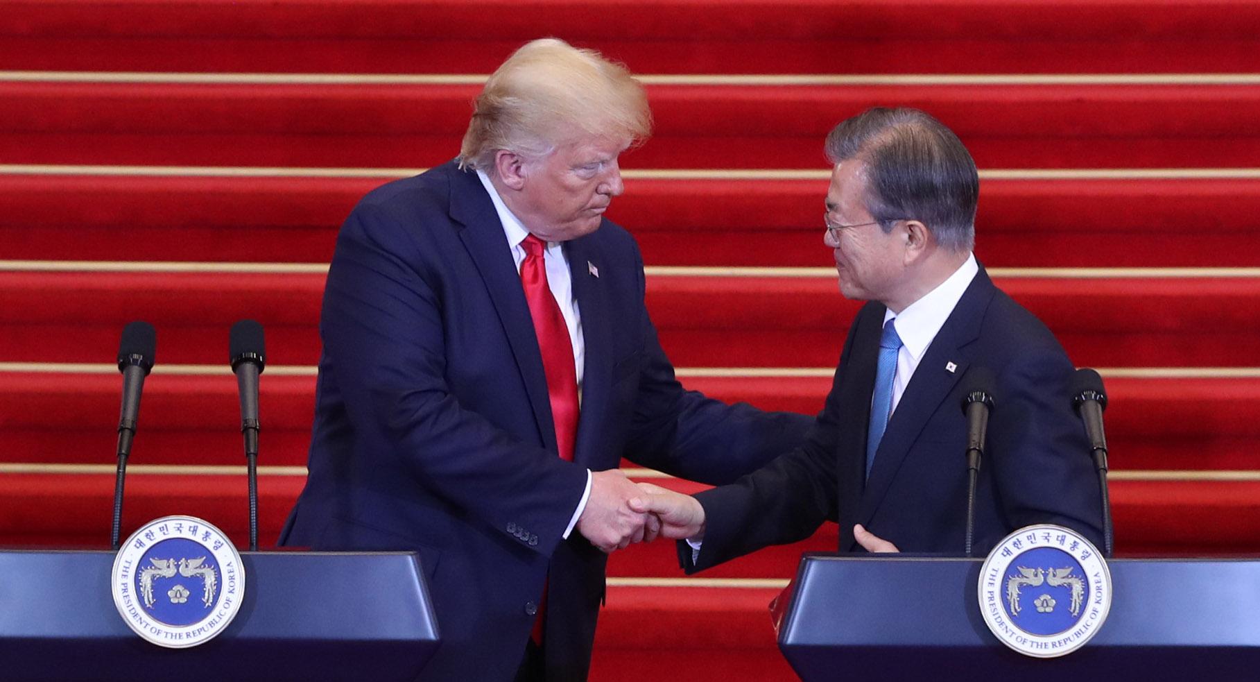 문재인 대통령과 트럼프 미국 대통령이 30일 오후 청와대에서 공동기자회견 전 악수를 하고 있다.강정현 기자