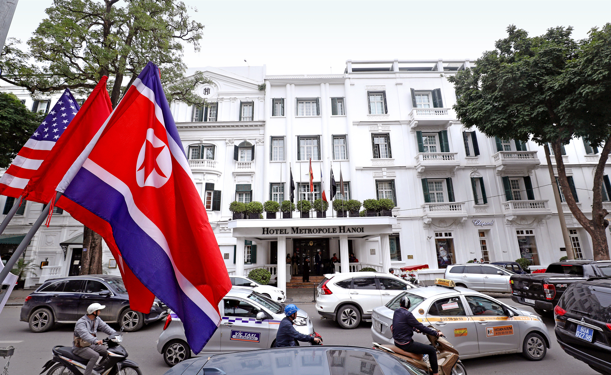 제2차 북미정상회담장인 베트남 하노이 메트로폴호텔 앞에 미국 성조기와 북한 인공기, 베트남 금성홍기가 걸려있다. [뉴스1]