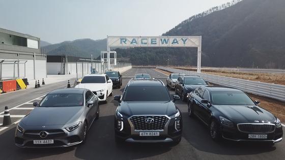 2019 중앙일보 COTY에서 그랑프리를 차지한 현대차 팰리세이드(가운데)가 레이스웨이에서 성능 테스트를 준비하고 있다. 포천 = 문희철 기자.