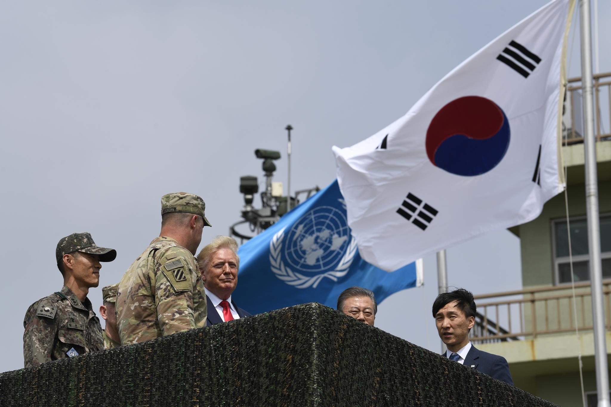 트럼프 미 대통령이 30일 오후DMZ내 오울렛 초소를 문재인 대통령과 함께 방문, 북한땅을 살펴보고 있다. [AP=연합뉴스]