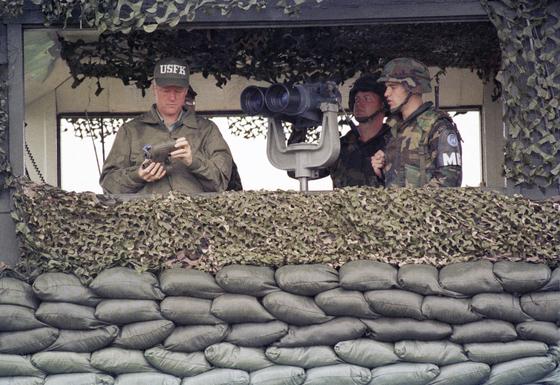 1993년 7월 11일 DMZ를 방문했던 클린턴 전 대통령. [AP=연합뉴스]