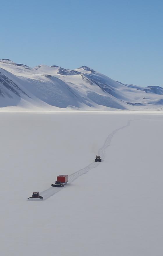 극지연구소 'K-루트 사업단'이 남극대륙을 헤쳐가고 있다. [사진 극지연구소]