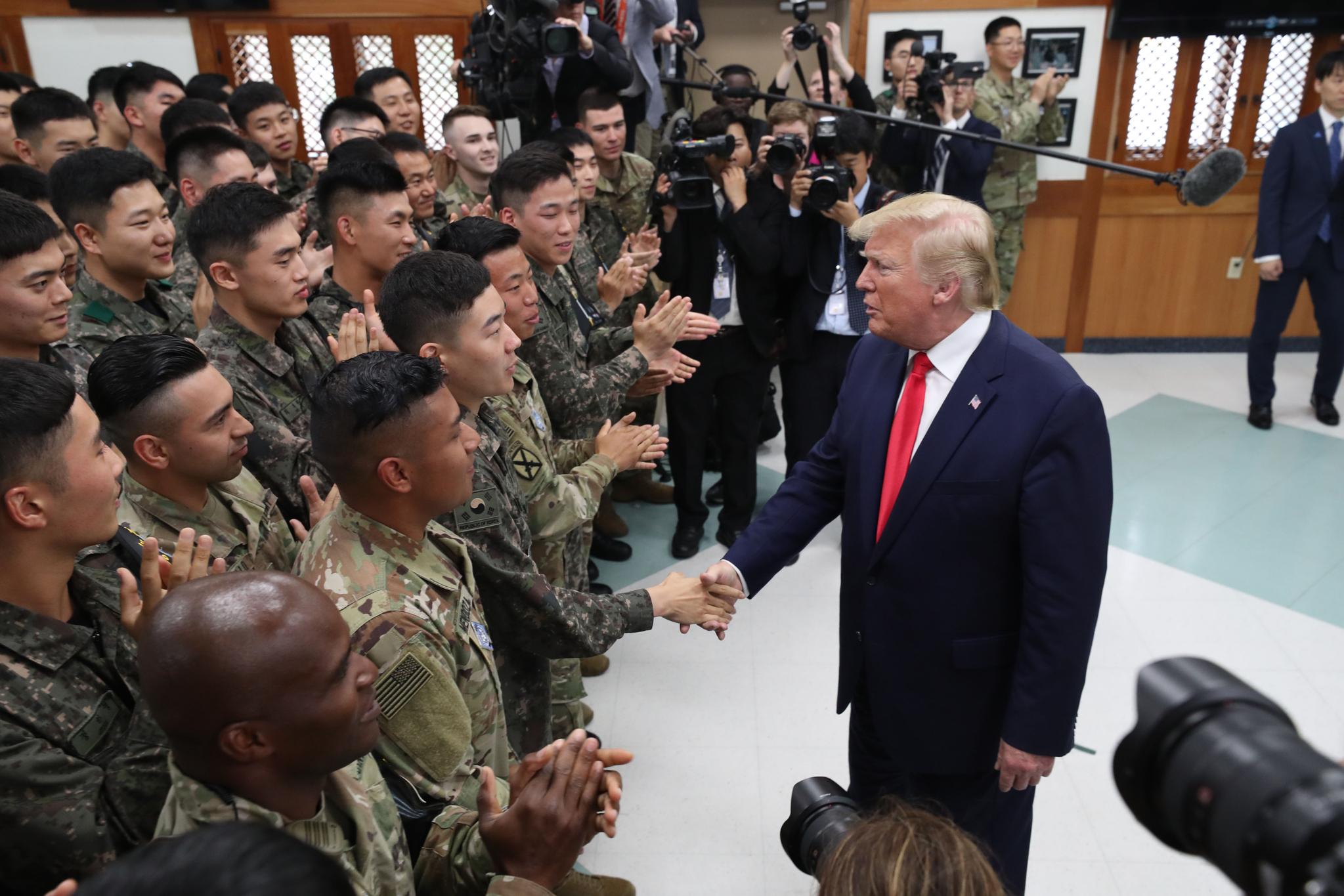 도널드 트럼프 미국 대통령이 30일 오후 경기 파주 DMZ내 캠프 보니파스내 생츄어리( sanctuary )를 방문 해 장병을 격려하고 있다. 청와대사진기자단