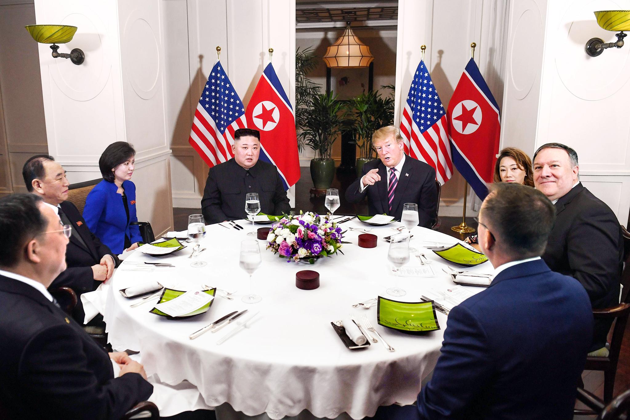 2월 27일 열린 원탁 만찬에서 김정은 위원장과 트럼프 대통령이 나란히 앉아 있다. [AFP=연합뉴스]