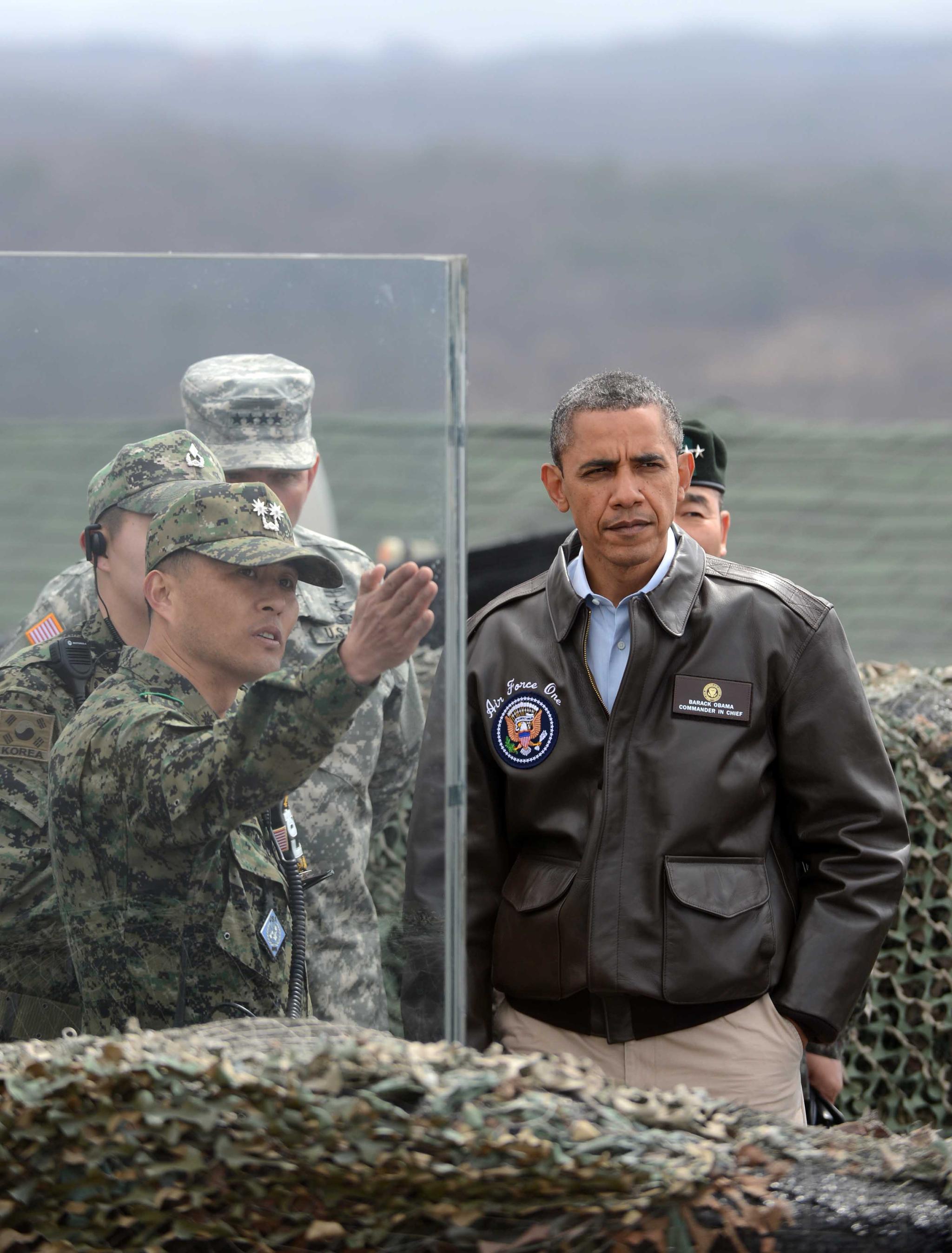 2012핵안보정상회의를 위해 2012년 3월 25일 새벽 방한한 오바마 미대통령이 판문점 공동경비구역을 방문하여 오피오울렛에서 관계자들의 설명을 듣고 있다. 판문점 공동경비구역=사진공동취재단