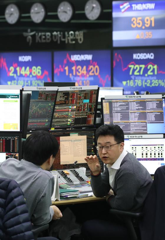 서울 중구 명동 KEB 하나은행 본점 딜링룸에서 직원들이 업무를 보고 있다. 현대경제연구원은 올해 하반기에도 전 세계 경기둔화 국면이 이어질 것이라고 진단했다. [연합뉴스]