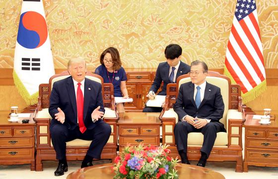 문재인 대통령과 도널드 트럼프 미국 대통령이 30일 오전 청와대에서 소인수 정상회담을 하고 있다. [연합뉴스]