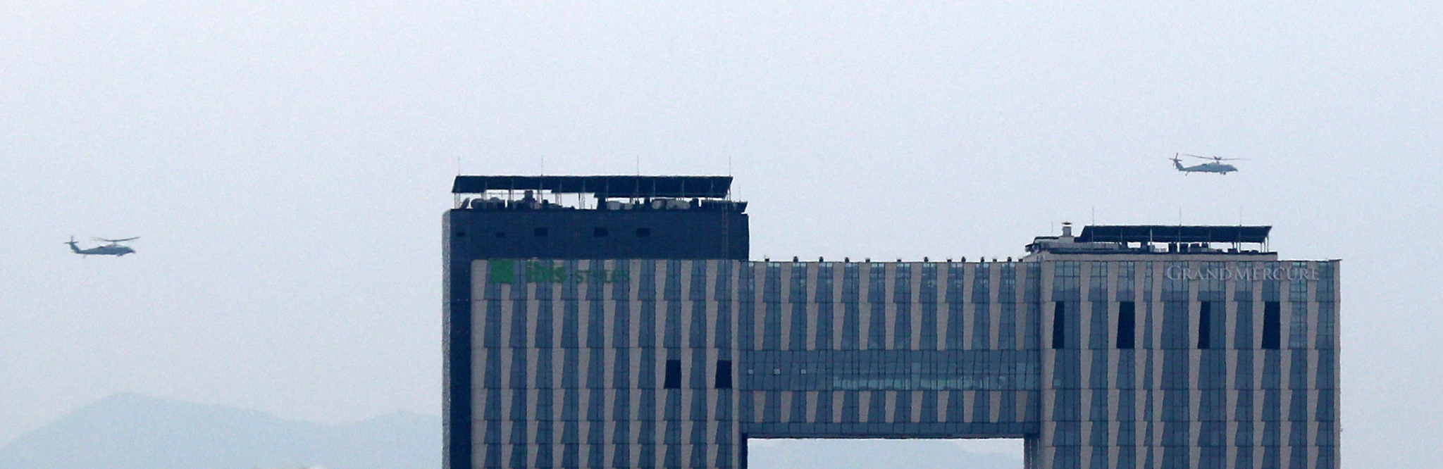 30일 오후 트럼프 대통령이 탑승한 '마린원' 헬리콥터가 서울 용산미군기지에서 출발해 비무장지대(DMZ)로 향하고 있다. [뉴스1]