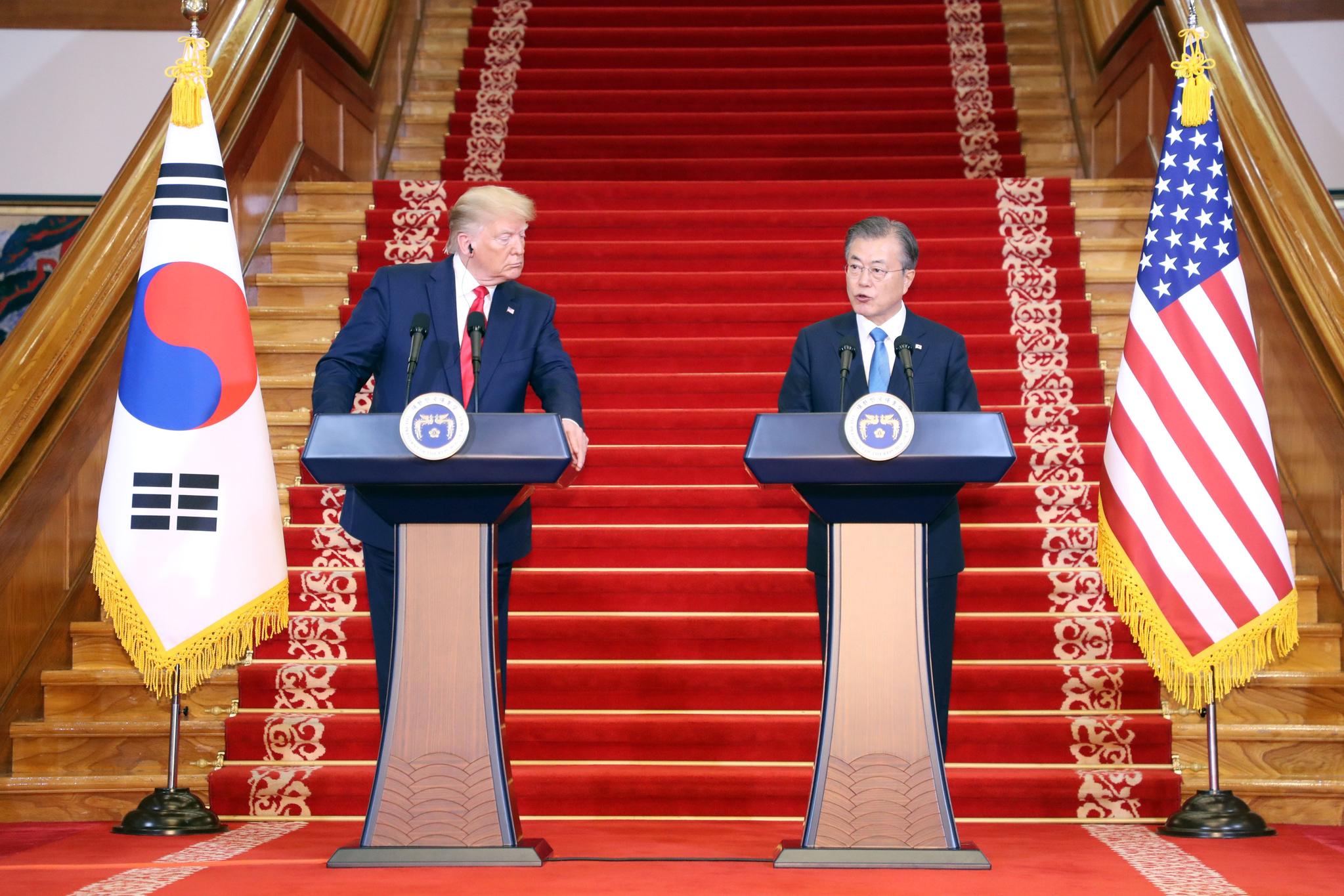 문재인 대통령과 도널드 트럼프 미국 대통령이 30일 오후 청와대에서 공동기자회견을 하고 있다. [연합뉴스]