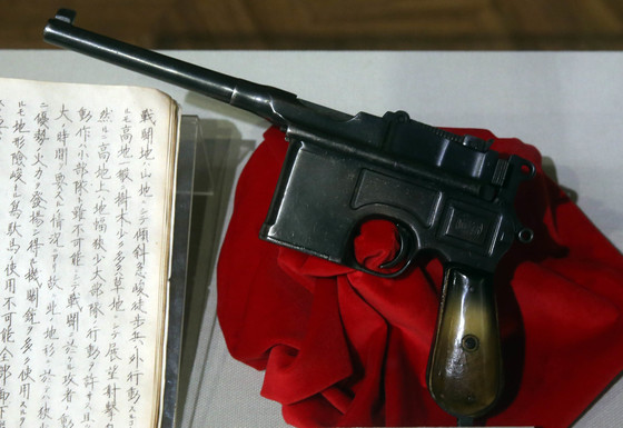 전쟁기념관 전시회에 전시된 독립군의 반자동 권총. [중앙포토]