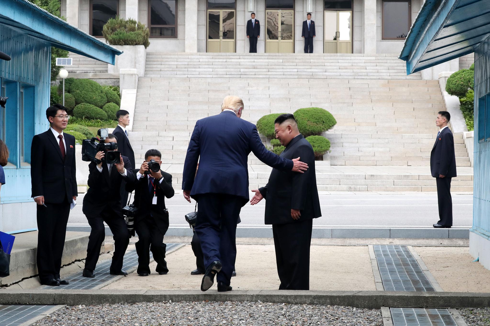 도널드 트럼프 미국 대통령이 30일 오후 판문점에서 김정은 북한 국무위원장과 만나 인사한 뒤 미국 대통령 중 사상 처음으로 군사분계선을 넘어 북측으로 향하고 있다. 청와대사진기자단