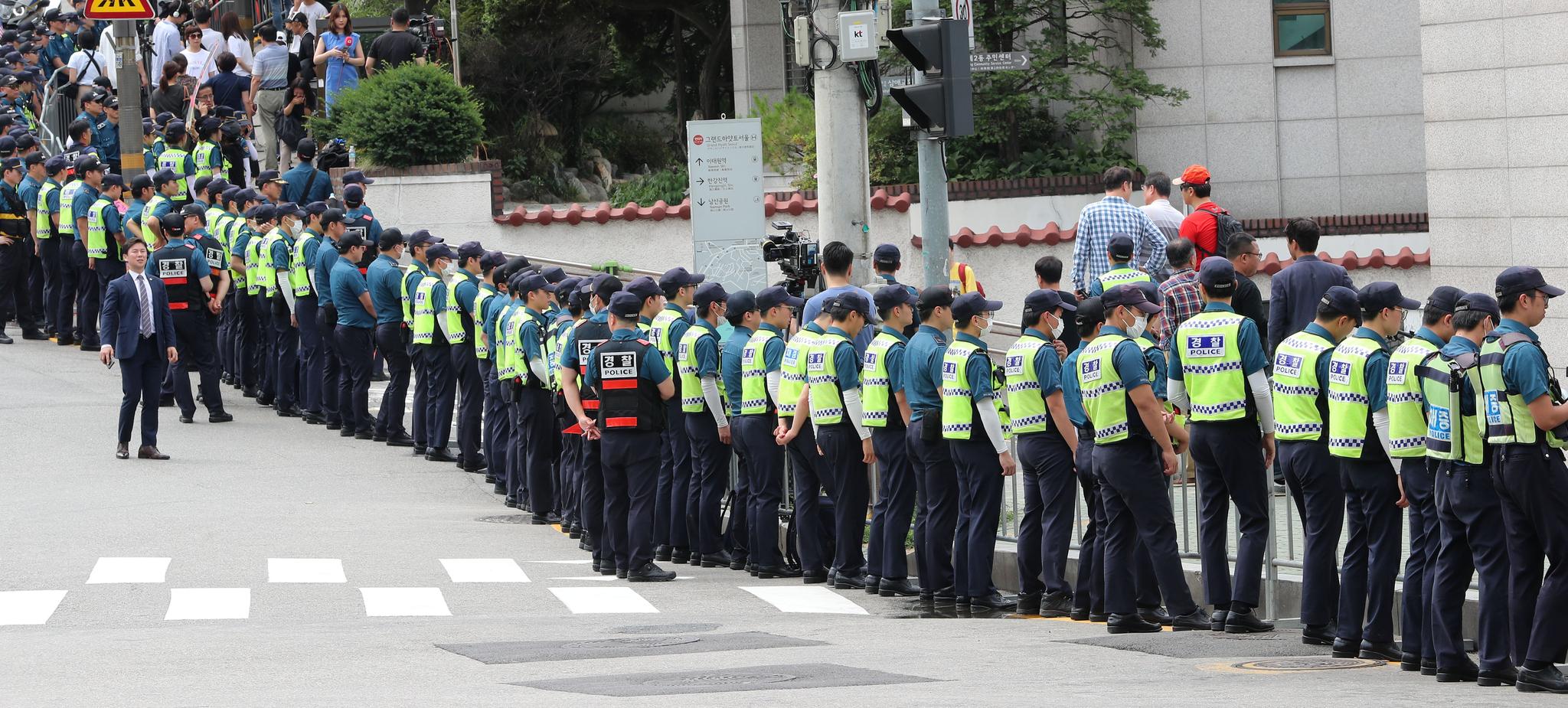 30일 오전 도널드 트럼프 미국 대통령이 묵고 있는 서울 남산 그랜드 하얏트 서울 호텔을 경찰들이 애워싸고 있다. [뉴시스]