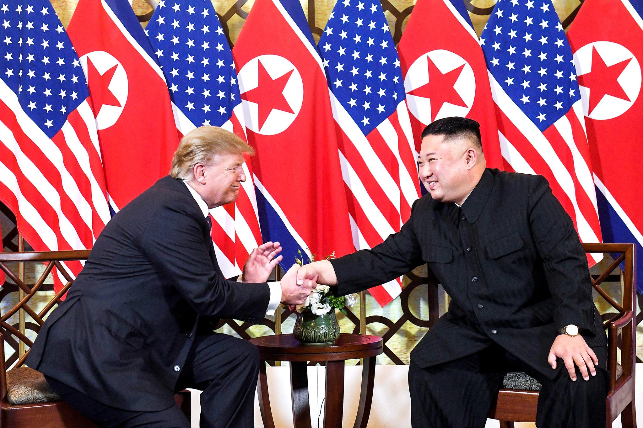 도널드 트럼프 미 대통령과 김정은 북한 국무위원장이 2월 27일 베트남 하노이 소페텔 레전드 메트로폴 호텔에서 두번째 만남을 갖고 악수를 나누고 있다. [EPA=연합뉴스]