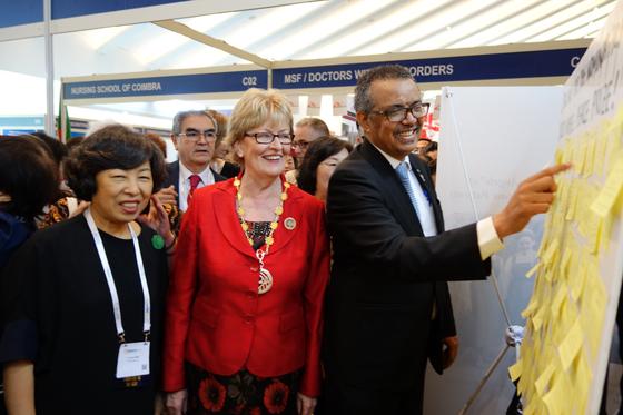 게브레예수스 WHO 사무총장이 싱가로프에서 열린 '2019 ICN 대표자회의 및 학술대회' 에 마련된 '소록도 간호사' 노벨평화상 후보 추천 홍보부스에 방문해 서명하고 있다. [대한간호협회]