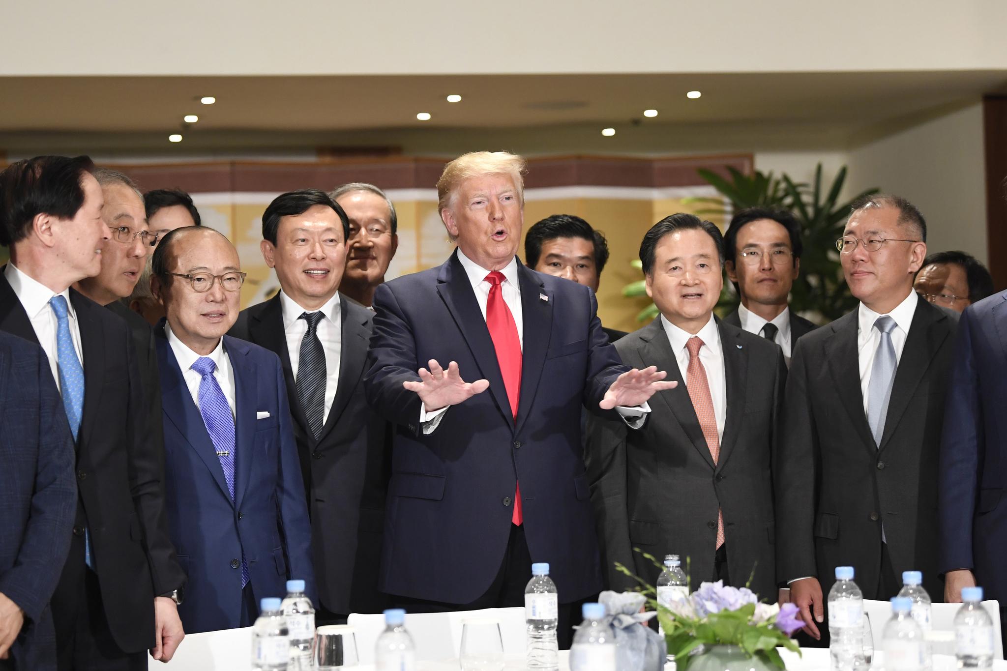 특유의 큰 제스처를 하며 회장들과 대화하고 있는 도널드 트럼프 미국 대통령.[AP=연합뉴스]