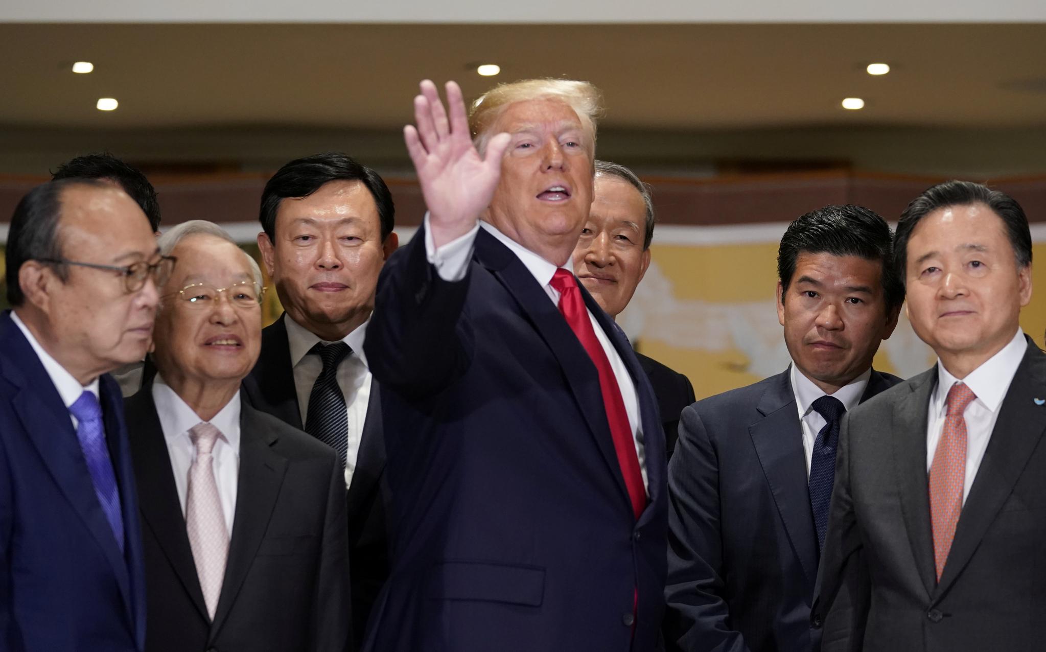 도널드 트럼프 미국 대통령이 30일 기업인 간담회에서 큰 동작을 하며 이야기하고 있다.[로이터=연합뉴스]