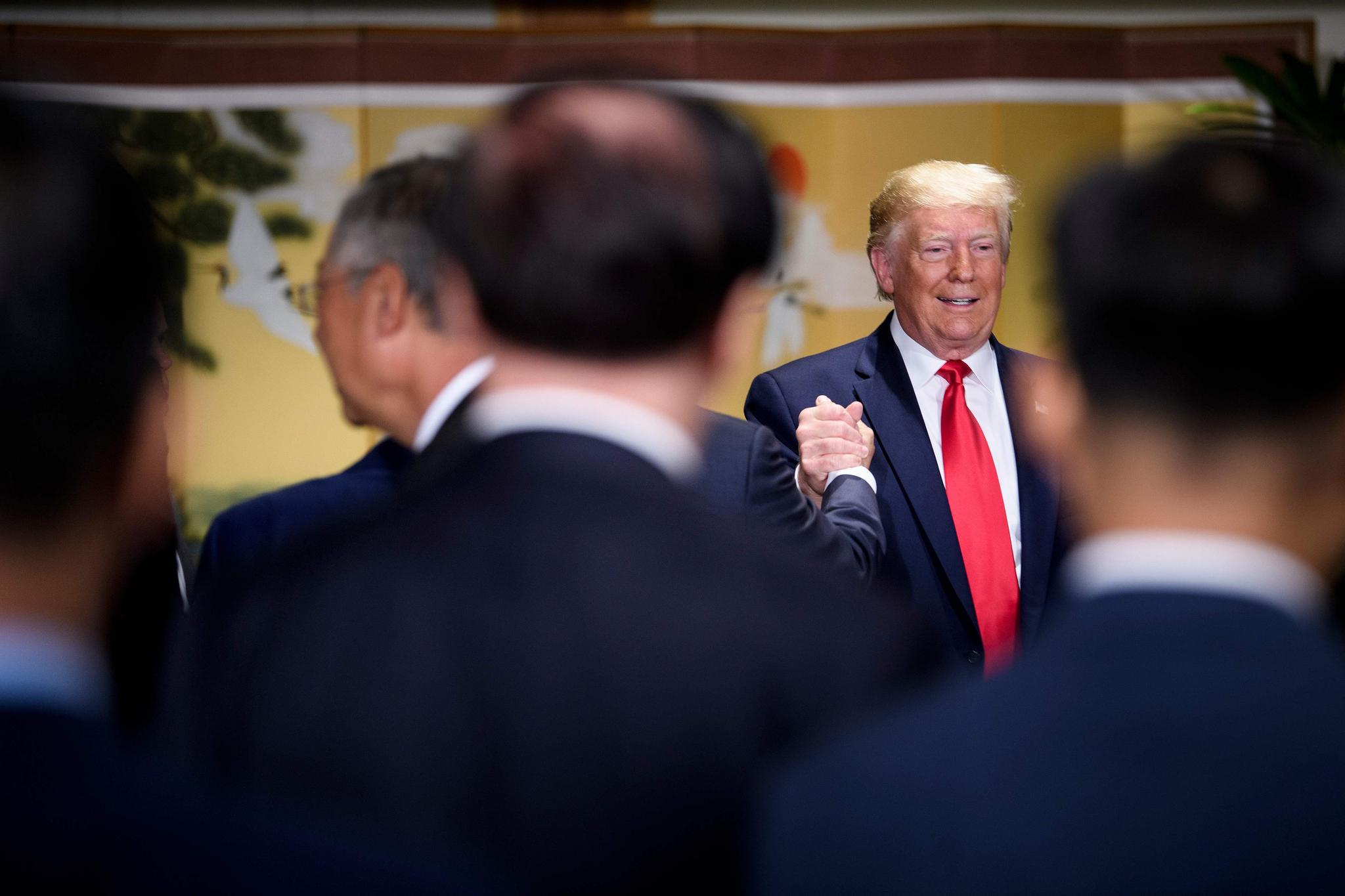 도널드 트럼프 미국 대통령이 30일 열린 한국 기업인 간담회에서 회장들과 손을 잡으며 인사나누고 있다.모두발언하고 있다. [AFP=연합뉴스]